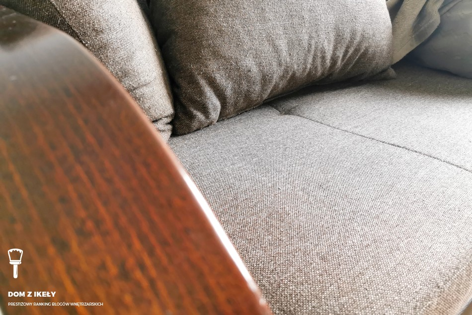 szary dywanik i kanapa
